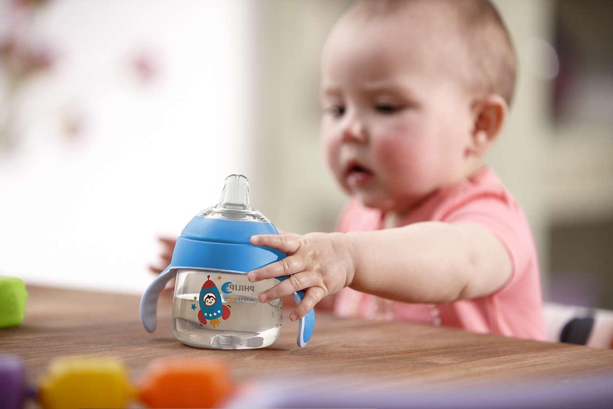 baby uống nước.jpg