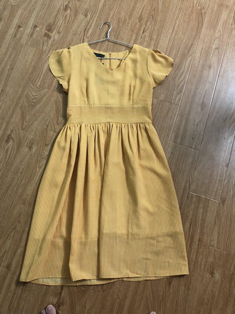 váy vàng kẻ qc.jpg